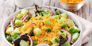 Raw vegetable salad and mimolette powder